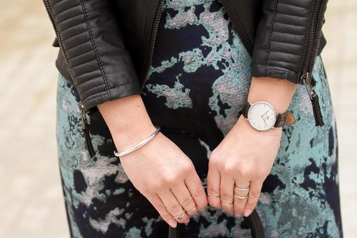 Accesorios pulsera de plata de Tous reloj DW y anillos midi