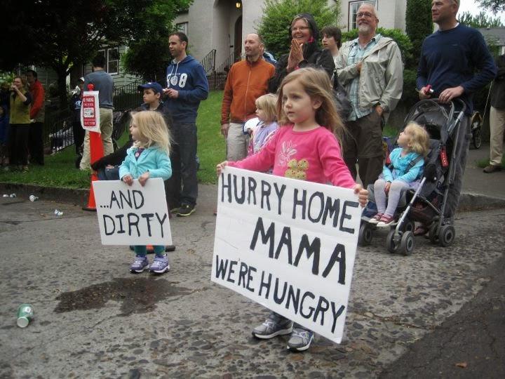 Niños animando a madre corredora