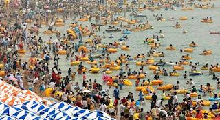 praia cheia de pessoas na china