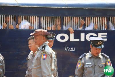 ဖမ္းဆီးခံထားရတဲ့ ေက်ာင္းသားေတြကို သာယာဝတီခရိုင္တရားရံုးမွာ ေမလ ၁၂ ရက္ေန႔က ရံုးထုတ္စဥ္ Photo: Kyaw Zaw Win/RFA