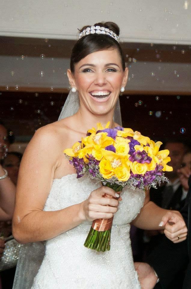Bouquet de noiva amarelo e roxo com orquidéas