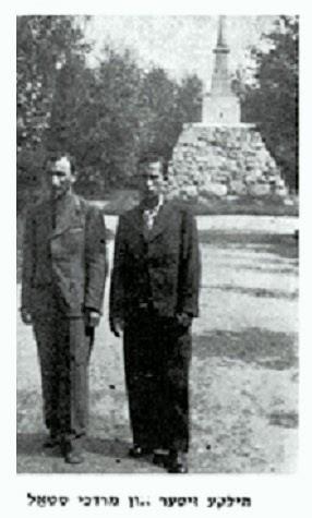 Fot. przedborskich Żydów na tle pomnika z księgi pamiątkowej Yizkor