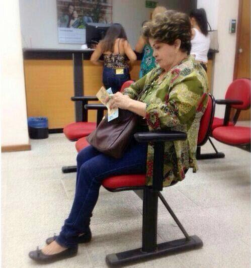 Dona Dilma esperando para pagar conta