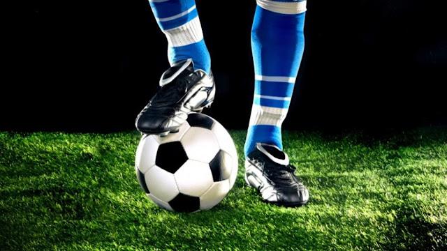 ποδοσφαιριστής με μπάλα