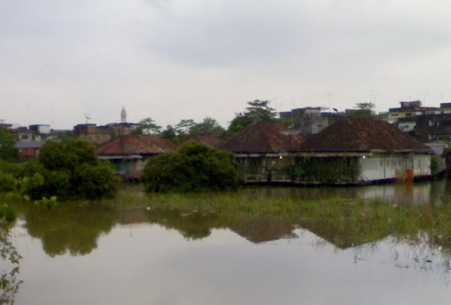 rumah panggung di tengah banjir