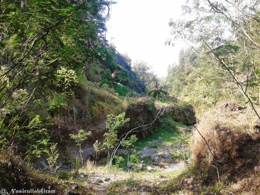 Pipa-pipa air yang terbentang di Kali Kuning, Cangkringan