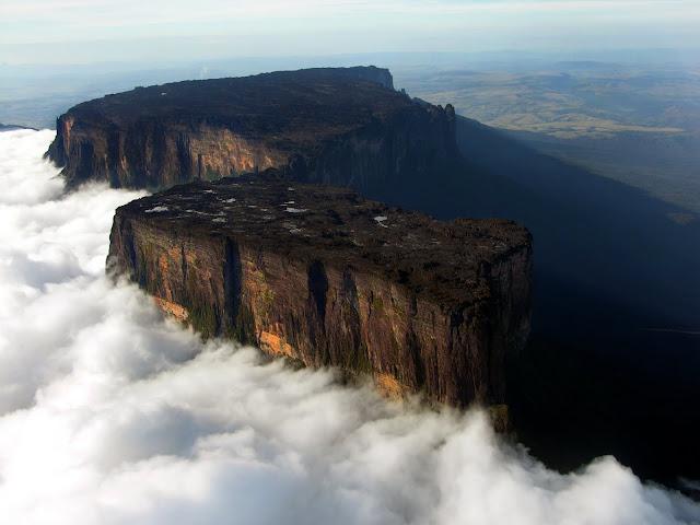 ΣΩΣ ΛΙΘΟΤΡΑΠΕΖΑ:Μοιάζει με τεράστιο πέτρινο τραπέζι στον ουρανό! Η επίπεδη επιφάνεια της κορυφής του έχει πλάτος 31 τετρ. χλμ.