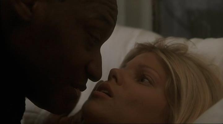 Chico negro follando chica blanca contra una puerta