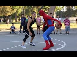 Spider-Man joue au Basket