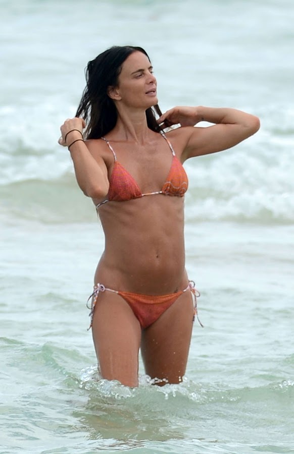 GABRIELLE ANWAR wet hair in water at Miami beach