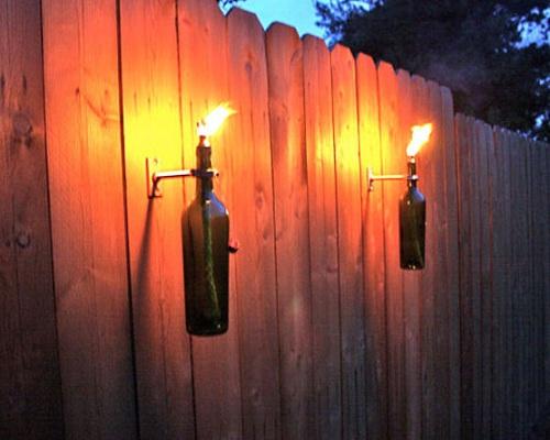 Antorchas con botellas de vino