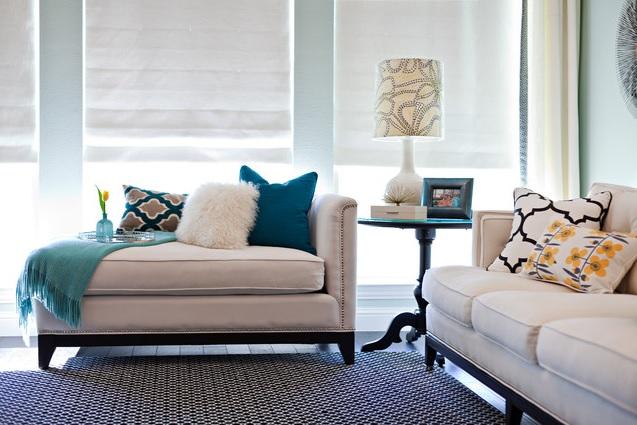 Decoração de sala de estar com abajur lateral