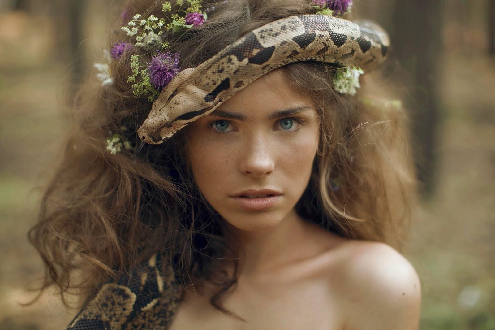 photo de Katerina Plotnikova portrait d'une jeune femme avec un serpent dans les cheveux