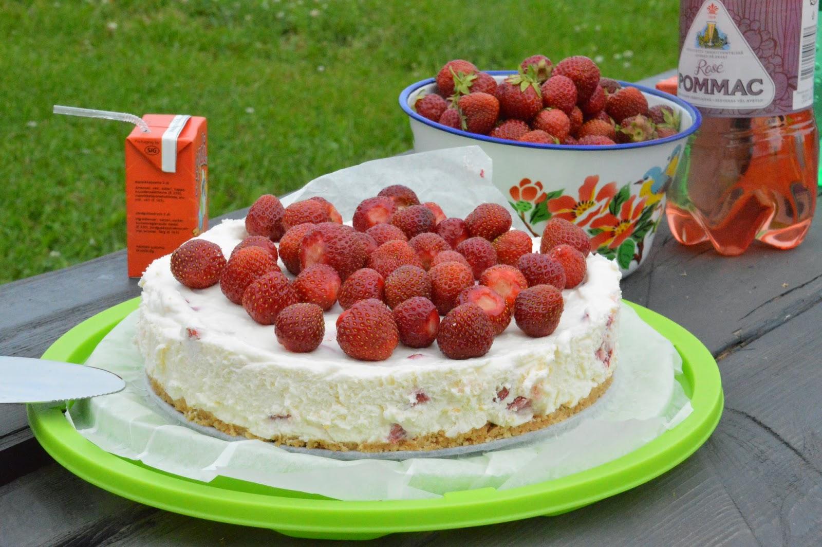 Savulohipiirakkaa ja mansikkakakkua