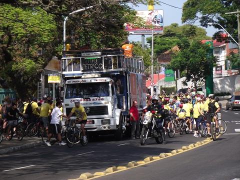 Trio elétrico em frente aos participantes do Passeio Ciclístico do aniversário de 240 anos de Porto Alegre