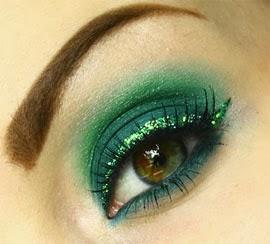 make para Carnaval verde esmeralda com delineado de glitter
