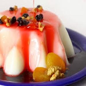 Manjar branco com calda de frutas vermelhas