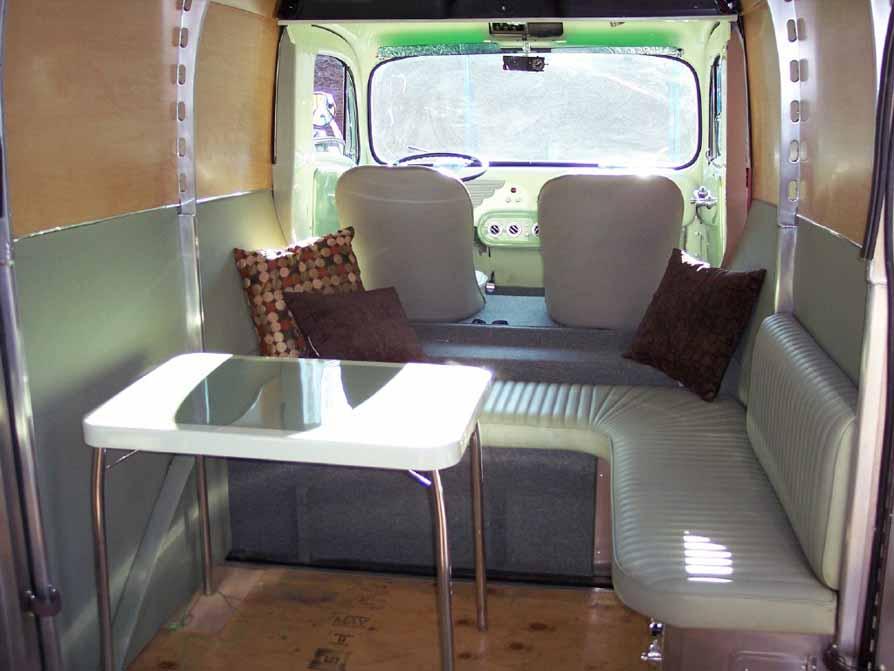 Le camping car passe partout le decoliner le camping car for Interieur estafette