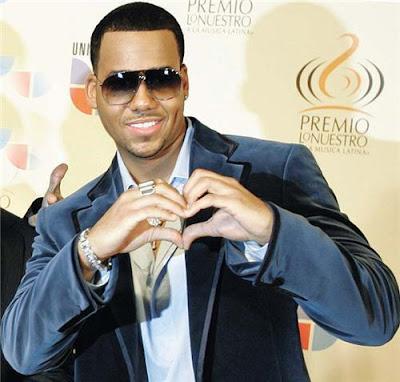 Romeo Santos haciendo un corazón con las manos