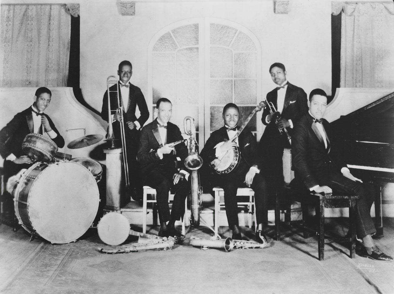 Duke Ellington And His Orchestra* Duke Ellington And His Famous Orchestra - A Blues Serenade / Hip Chic