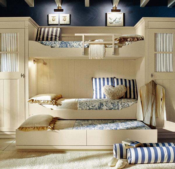 la posibilidad de una cama adicional en la parte superior o inferior en el corredero da a este diseo de dormitorio una calidad muy verstil