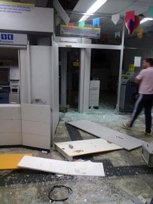 Os criminosos se preparavam para explodir a terceira agência da cidade quando foram surpreendidos pela Polícia Militar (Foto: Divulgação/Polícia Militar)