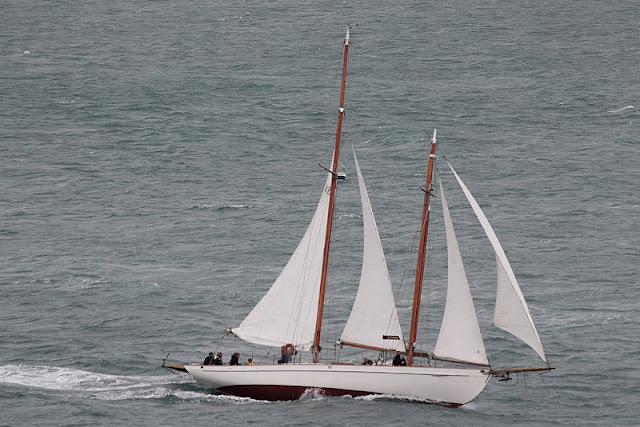 Gambar Perahu Layar Yacht miring lagi