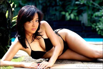 Gambar Bugil Taffana Dewi Hot Berbikini Hitam