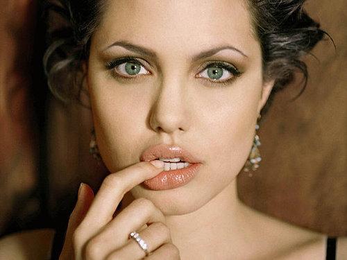 Gambar Wanita dengan Bibir Terseksi Angelina Jolie