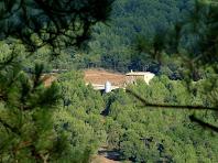 La masia de Ca l'Oliva des de la capella de Santa Àgata