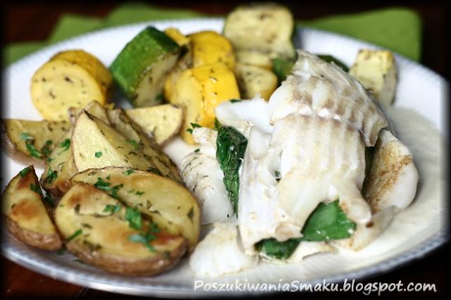 pieczone  rolada z dorsza ze szpinakiem, ziemniaki i cukinia