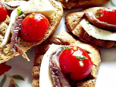 Bruschete cu ansoa, mozzarela şi roşii cherry