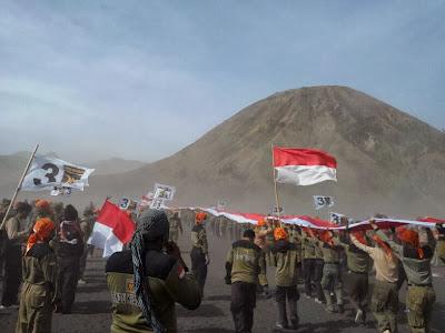 Pengibaran bendera merah putih terpanjang di puncak Bromo