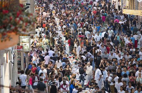 Ribuan orang demonstran duduk di Istiklal Avenue