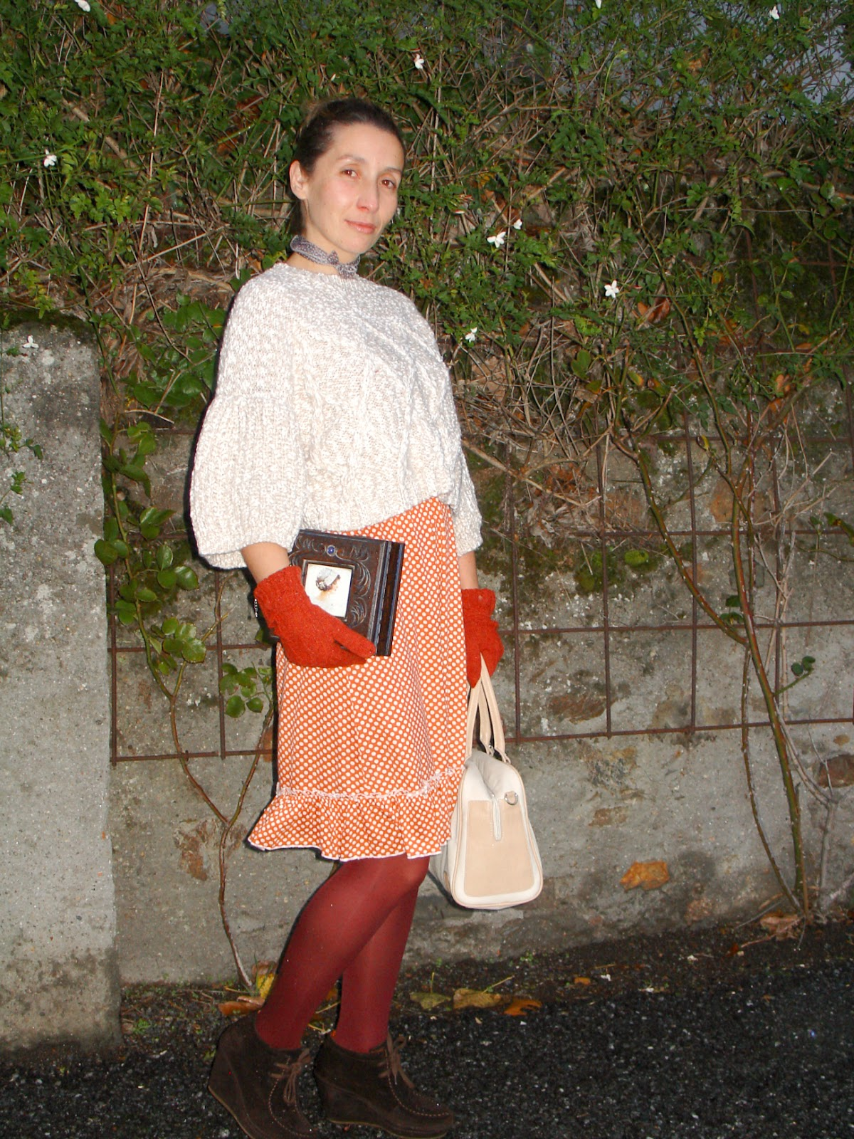 Vintage ootd in a polka dot dress. Visit www.forarealwoman.com  #fashion #moda #blogger