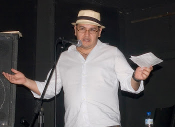 Julio Median Gimenes recitando poesía.
