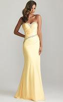 Елегантна рокля с камъни, прилепнала по тялото с разкроени поли в пастелно светложълто, дизайн Allure