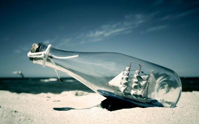 wallpaper botol diatas pasir, boto di pantai