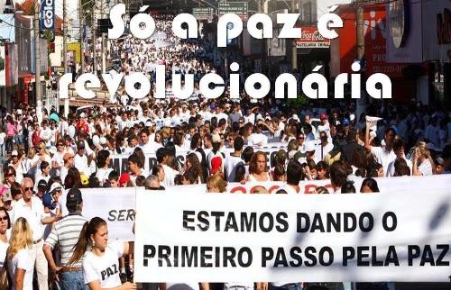 """Rua lotada de manifestantes pedindo paz. Da série """"só a paz é revolucionária"""", publicada por Augusto de Franco no Facebook."""