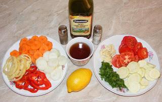 ingrediente pentru peste chefal la cuptor cu legume, legume taiate rondele pentru reteta de peste chefal cu legume la cuptor, retete culinare, preparate culinare,