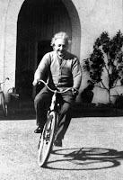 Einstein andando de bicicleta