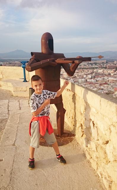 polish blogger,espana hiszpania alicante travel blog DIY,love para zakochanych, deptak w alicante, co zobaczyć w Alicante,benidorm terra mitica,zamek świętej Barbary w Alicante,rycerz z metalu,ruiny zamku w Alicante