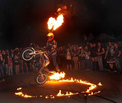каскадер на мотоцикле с огнем
