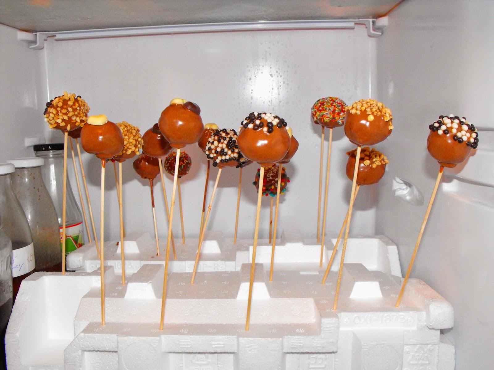 selber macherin cake pops leckere resteverwertung f r brig gebliebenen kuchen. Black Bedroom Furniture Sets. Home Design Ideas