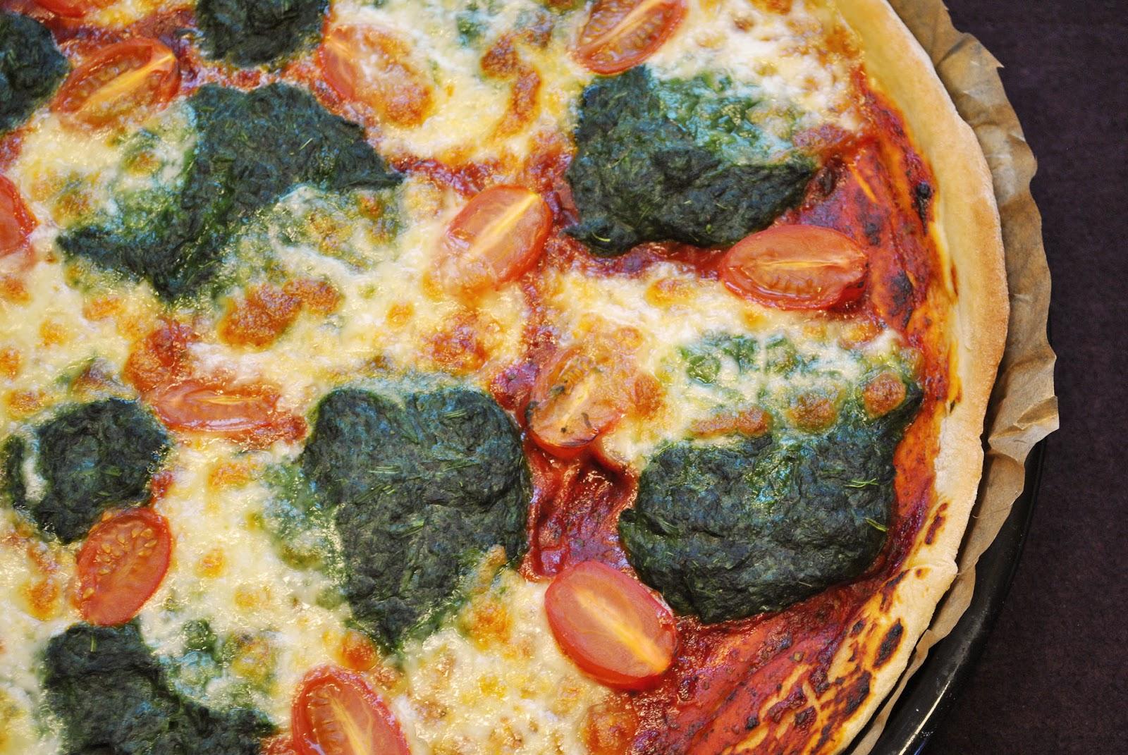 k chenzaubereien pizza mit spinat frischen tomaten mozzarella. Black Bedroom Furniture Sets. Home Design Ideas