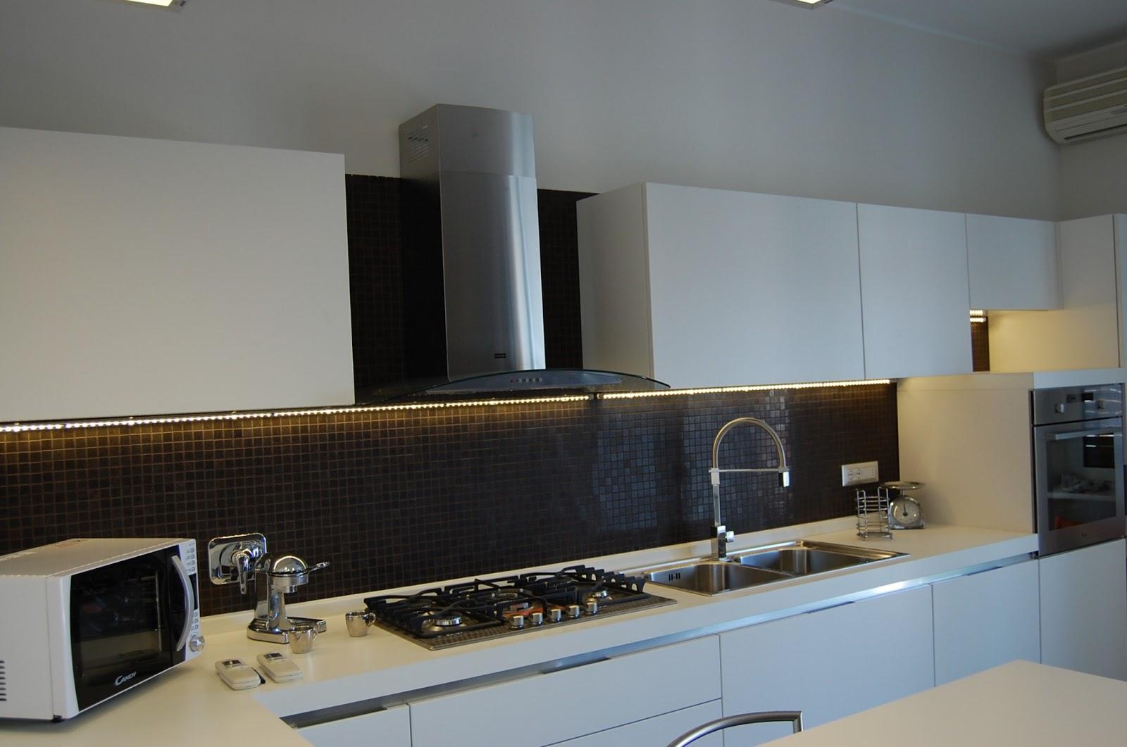Illuminazione led casa appartamento progetto - Led in cucina ...