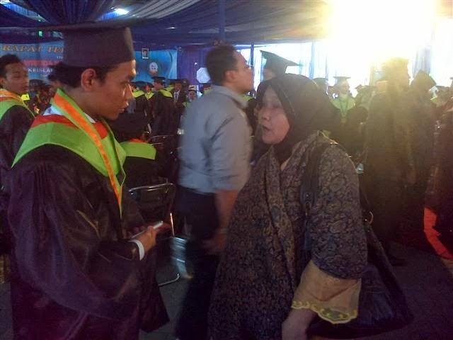 Emak dan kakak saya, Abdul Hakim Abidin: Sarjana Muda!