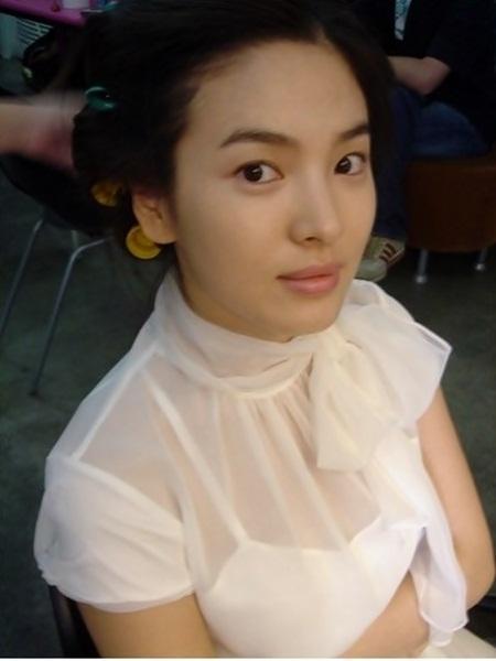 Foto Seksi Song Hye Kyo Menggunakan Baju Transparan