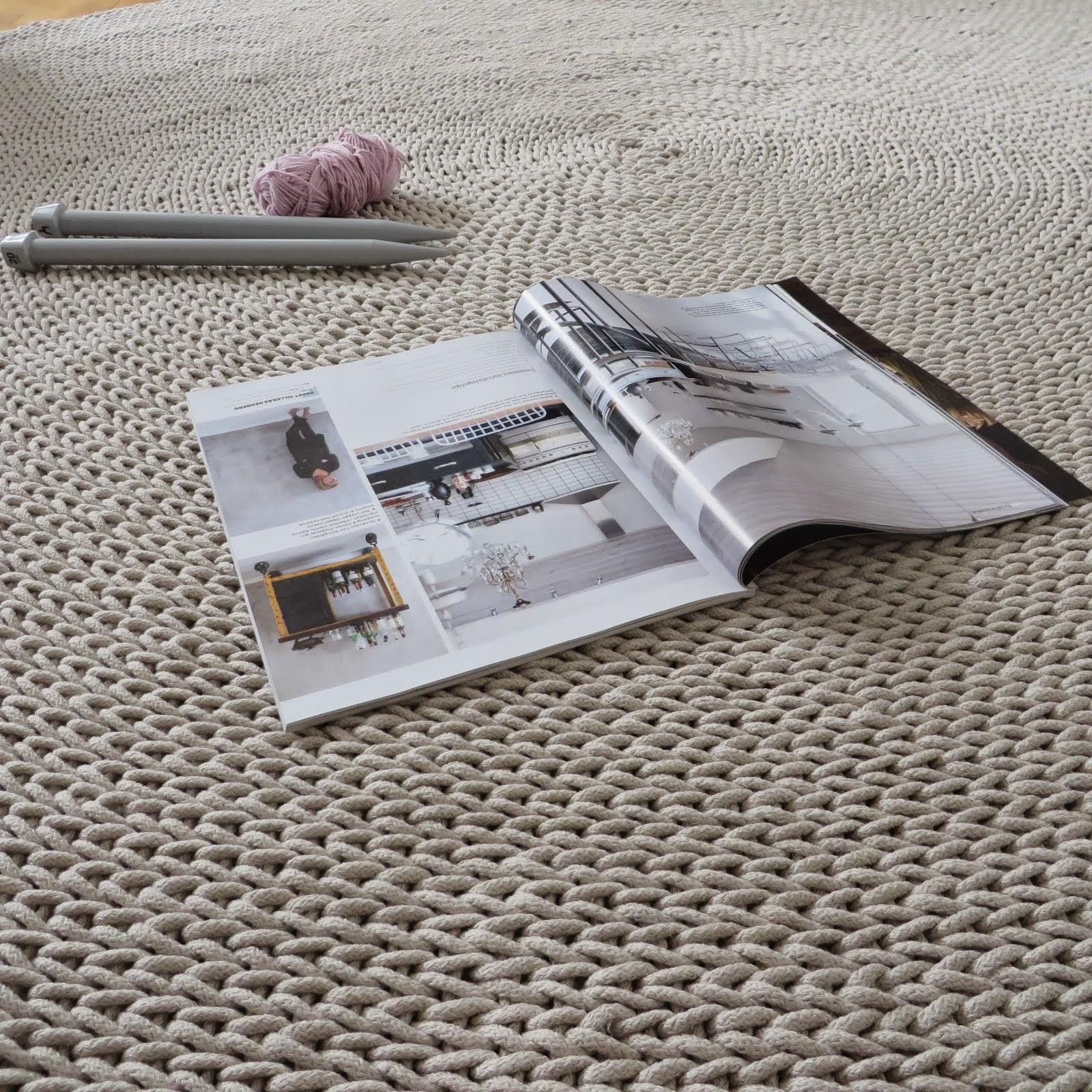 okrągły beżowy dywan
