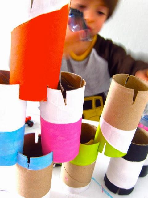Juego de construcción con rollos de higiénico en Recicla Inventa